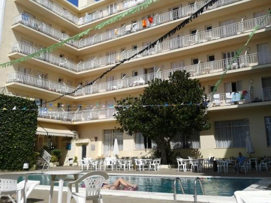 Checkin Pineda: piscina en el patio interior