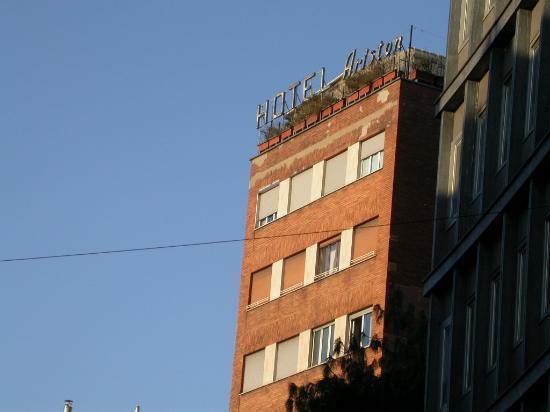 Ariston Hotel: La mia stanza è la prima da sinistra all'ultimo piano, con la serranda semi-alzata