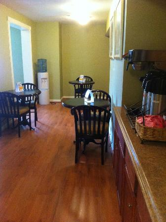 Econo Lodge Inn and Suites: coffee