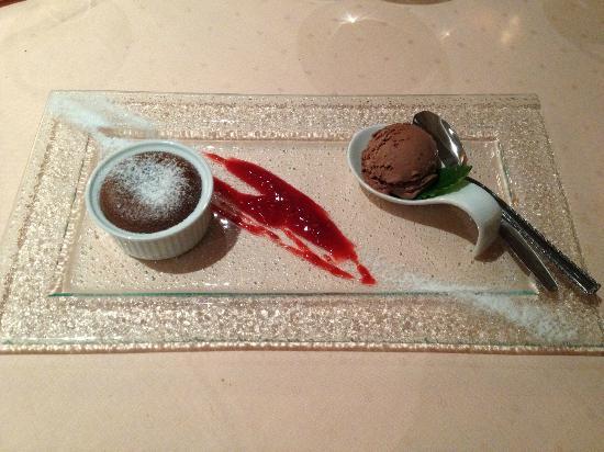 Crown Piast Hotel & Park: Soufflé al cioccolato con composta di frutti di bosco e gelato al cioccolato