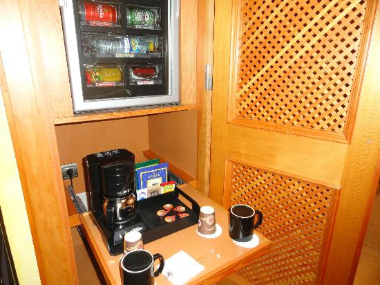 Sheraton La Caleta Resort & Spa, Costa Adeje, Tenerife: Coffee/tea maker and mini bar.