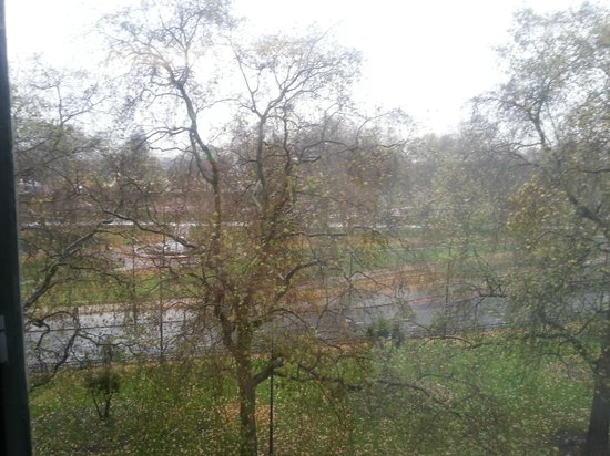 Grosvenor Apartments: Hyde Park view on rainy day