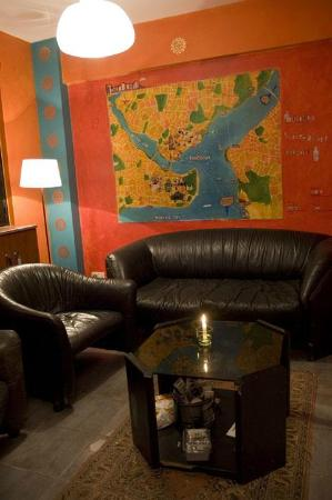 Stray Cat Hostel: Istanbul map on the wall. I saw how the artist painted it! Bravo, Neda! :)