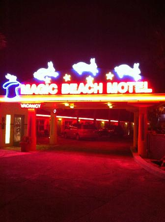 Magic Beach Motel: Front Entrance at Night