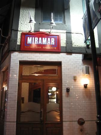 Miramar Bistro: Entrance; notice the Parisian subway tiles!