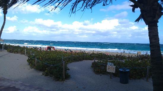 Beachcomber Resort and Villas : passage a la plage