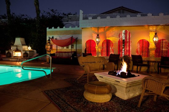 El Morocco Inn & Spa: Nighttime by one of the fireplaces next to the mineral water swimming pool and Moroccan Jacuzzi