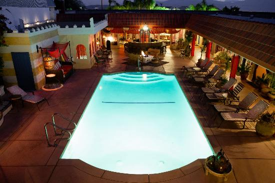 El Morocco Inn & Day Spa: Nighttime view from upstairs over the hot mineral water pool!