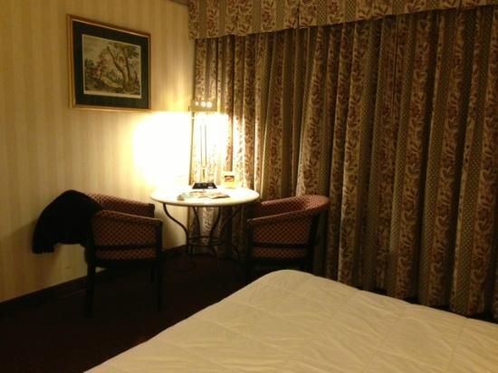 LaGuardia Plaza Hotel - New York: Round table in corner