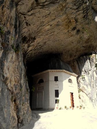 Genga, Italy: il tempietto alla fine del sentiero