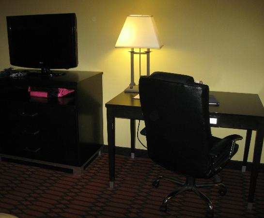 Comfort Inn Harrisburg : TV and desk