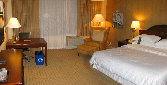 Sheraton Pentagon City Hotel: Interior of a guest room