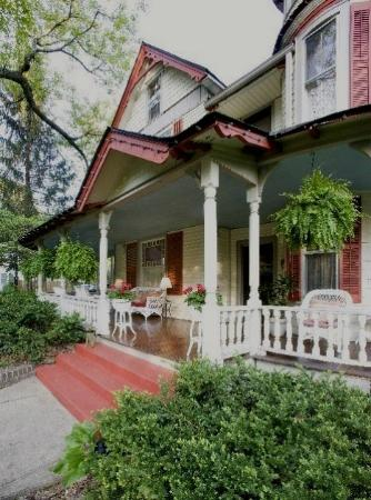 The Oaks Bed & Breakfast: Expansive verandas and gardens.