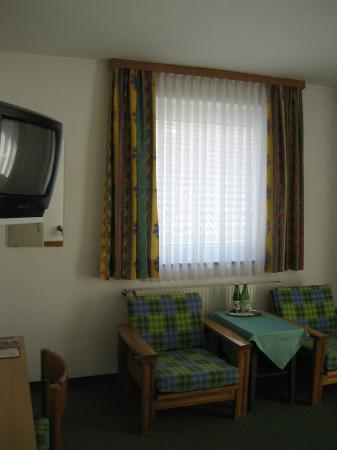 Zum Hirschen Gasthaus Hotel: Chairs in room