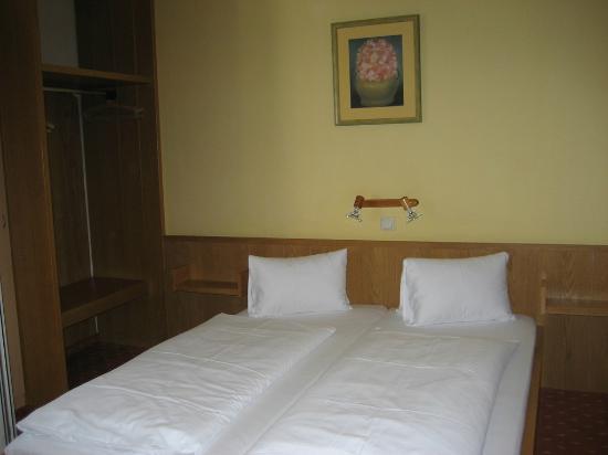 Zum Hirschen Gasthaus Hotel: Comfortable bed