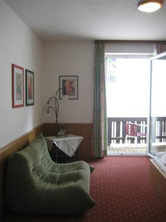 Zum Hirschen Gasthaus Hotel: View to patio area