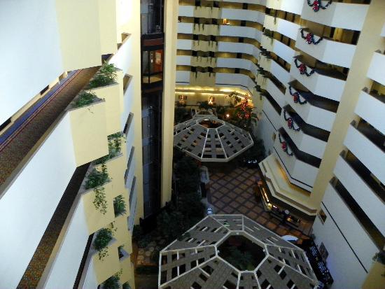 Embassy Suites by Hilton Boca Raton: Beautiful artium at Embassy