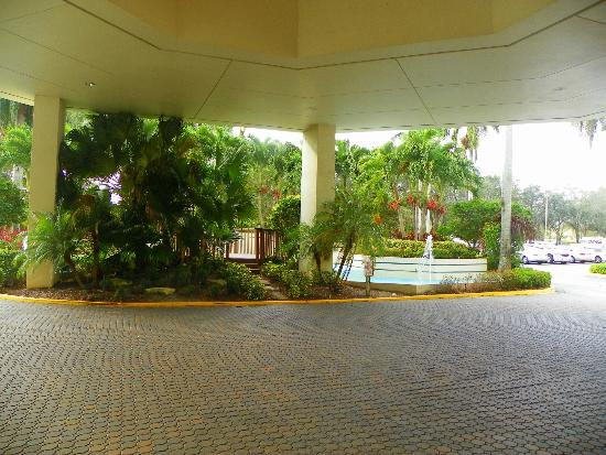 Embassy Suites by Hilton Boca Raton: The Entrance