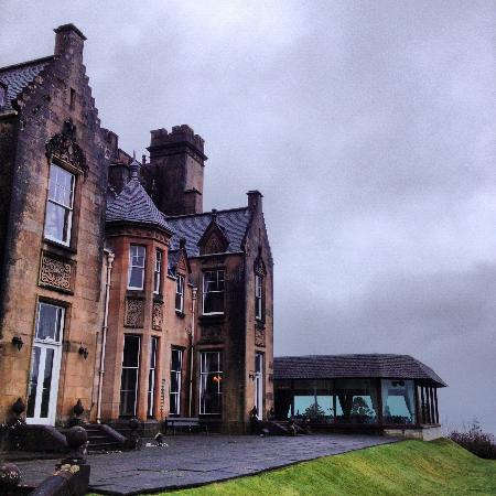 Stonefield Castle Hotel: The dining room has wonderful views but out of character!