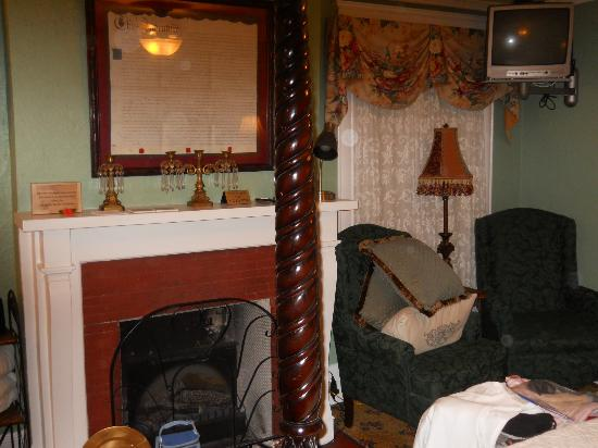 Inn On Charlotte: Fireplace and easy chairs 
