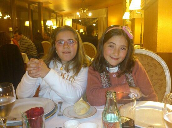 Hotel Alhambra Palace: mis hijas en el restaurante del hotel