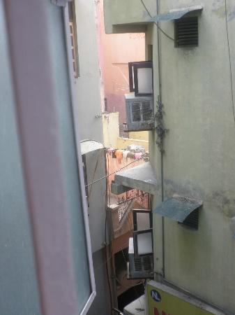 Hotel Namaskar: Vista al callejón de entrada
