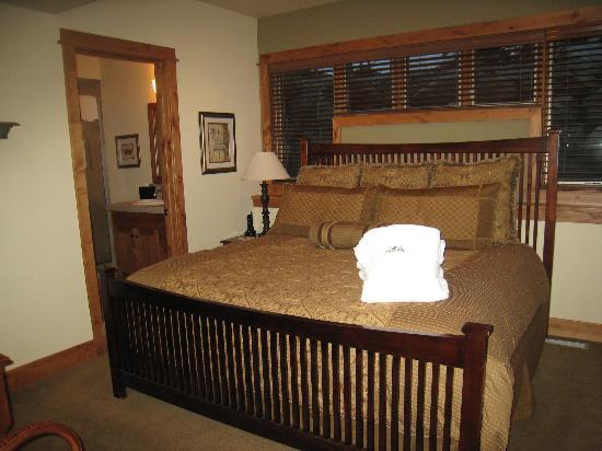 ذا بورتشيز أوف ستيمبوت سبرينجز: Master Bed with fluffy robes