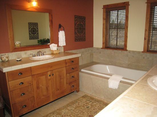 ذا بورتشيز أوف ستيمبوت سبرينجز: Master bath with a huge tub.