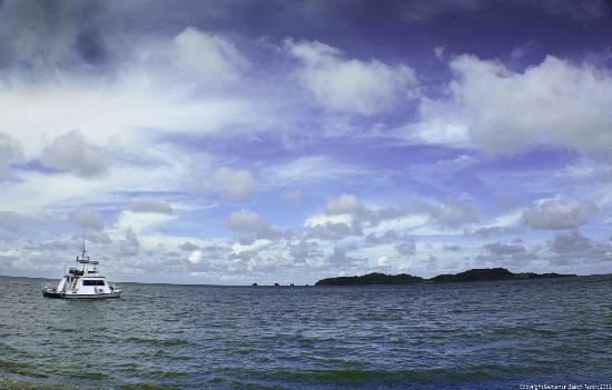 Tounelet, Indonezja: BBR dive catamaran and Bentenan island