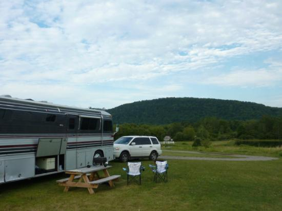 West Winfield, État de New York : Our campsite...next to the laundry room!
