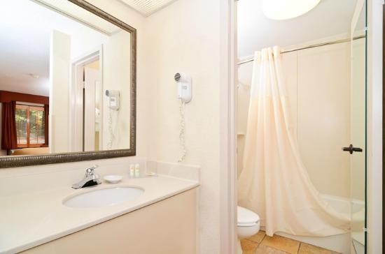 Quality Inn Chapel Hill: Guest Bathroom