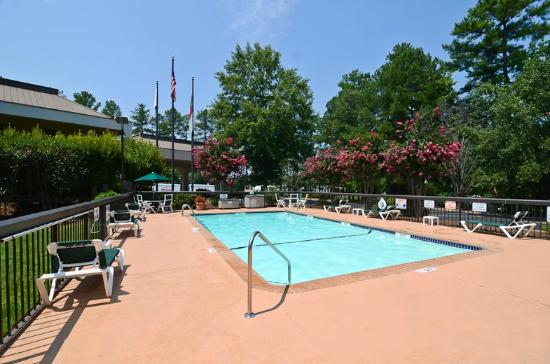 ‪‪Quality Inn Chapel Hill‬: Seasonal Outdoor Pool‬