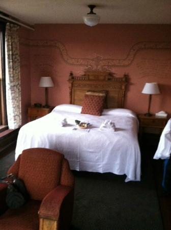 McMenamins Hotel Oregon: King bed