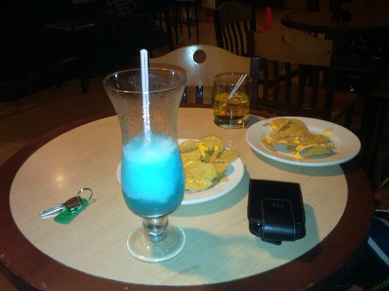 Hotel Riu Ocho Rios: Chilling by the sports bar drinking Blue Ocean n eating Nachos