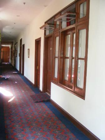 Clarkes Hotel: corridor