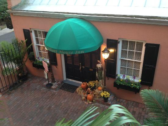 The Elliott House Inn: view from 2nd floor stairs outside our room