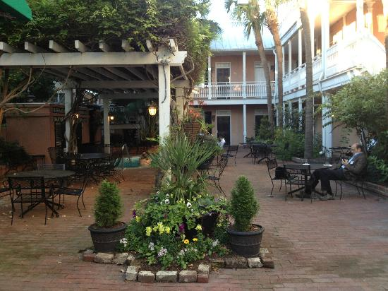 The Elliott House Inn: courtyard