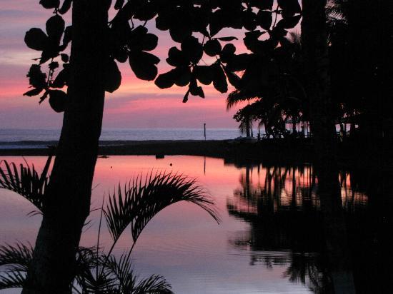 Beach Break Resort : resort sunset