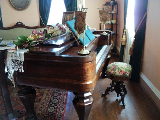 Mordecai Historic Park: Parlor