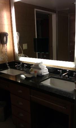 Bally's Atlantic City: Bathroom vanity