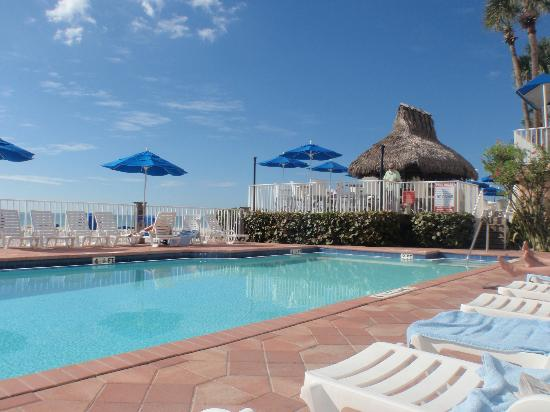 Doubletree Beach Resort by Hilton Tampa Bay / North Redington Beach: sitting by the pool