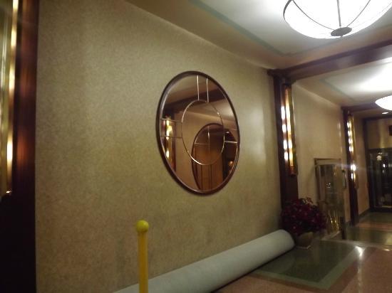 Hotel Edison Times Square: Art Deco Mirror In Corridor To 46th Street