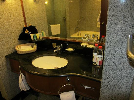 Capital Hotel Beijing: Bathroom