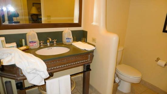 Hyatt Regency Tamaya Resort & Spa: Bathroom with no room for toiletries