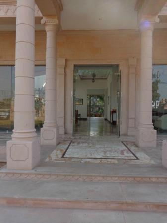 The Birder's Inn: Entrance