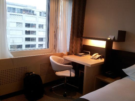Crowne Plaza Zürich Hotel: The writing desk