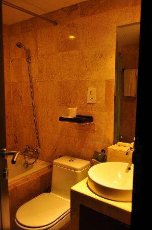 Royal Singosari Kuta: Bathroom in my room