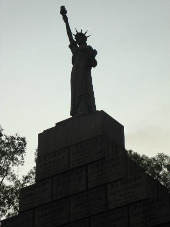 Crystal Orange Hotel Guangzhou Taojin: Statue of Liberty at Martyr's Park near hotel