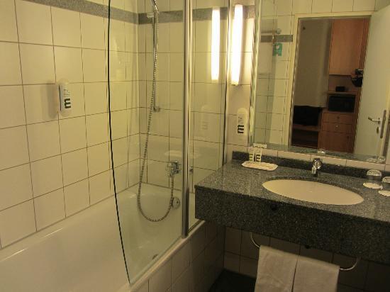 Mercure Hotel Duesseldorf Seestern : Bathroom