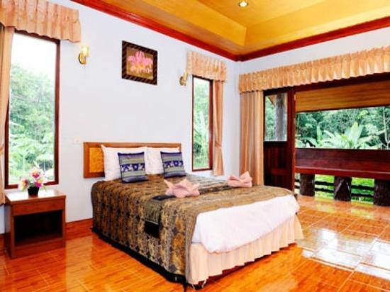 Khaosok Rainforest Resort: Well-decorated luxirious room in front of the river
